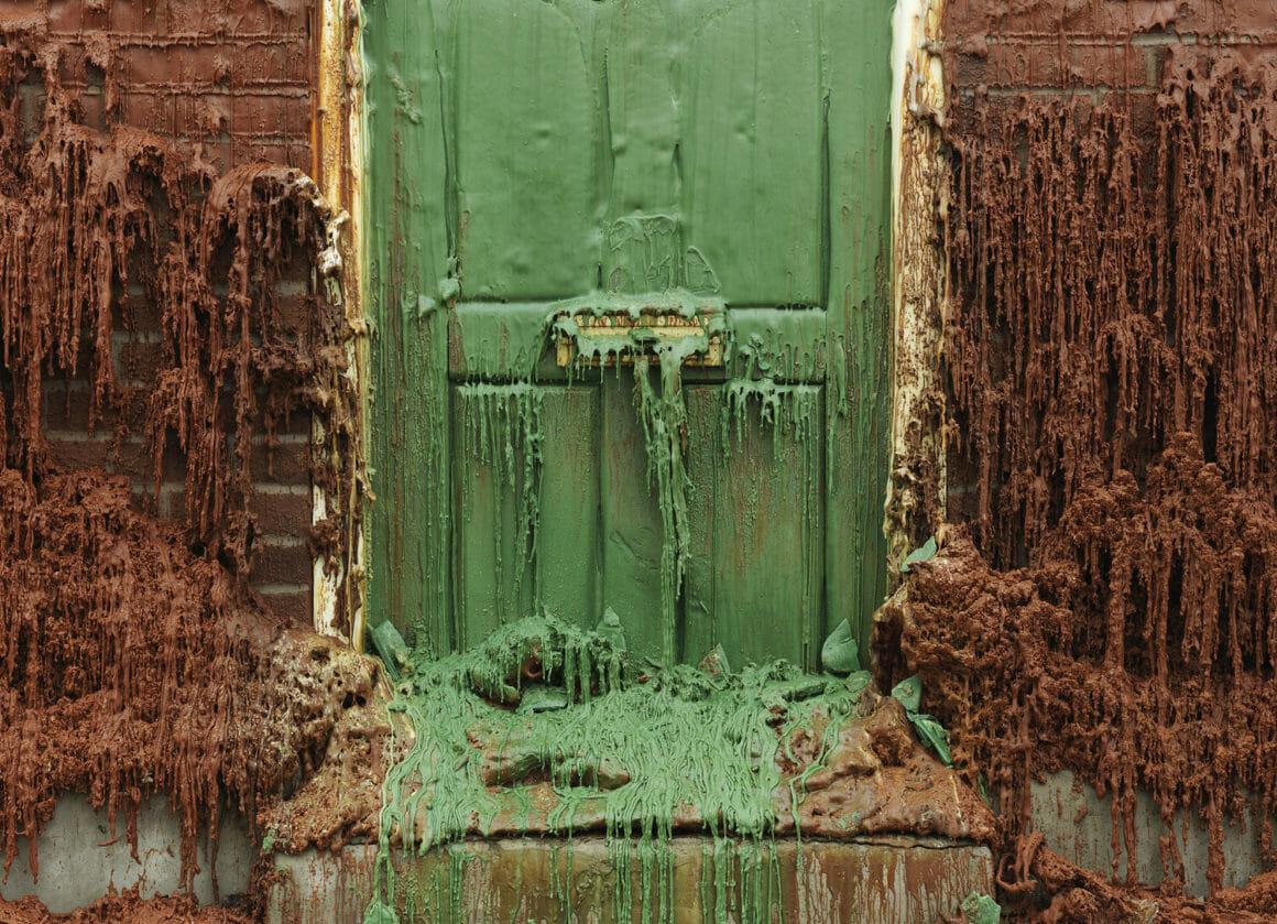 """""""A pound of flesh for 50p"""" est une construction surréaliste de l'artiste Alex Chinneck, prise en photo par Chris Tubbs"""