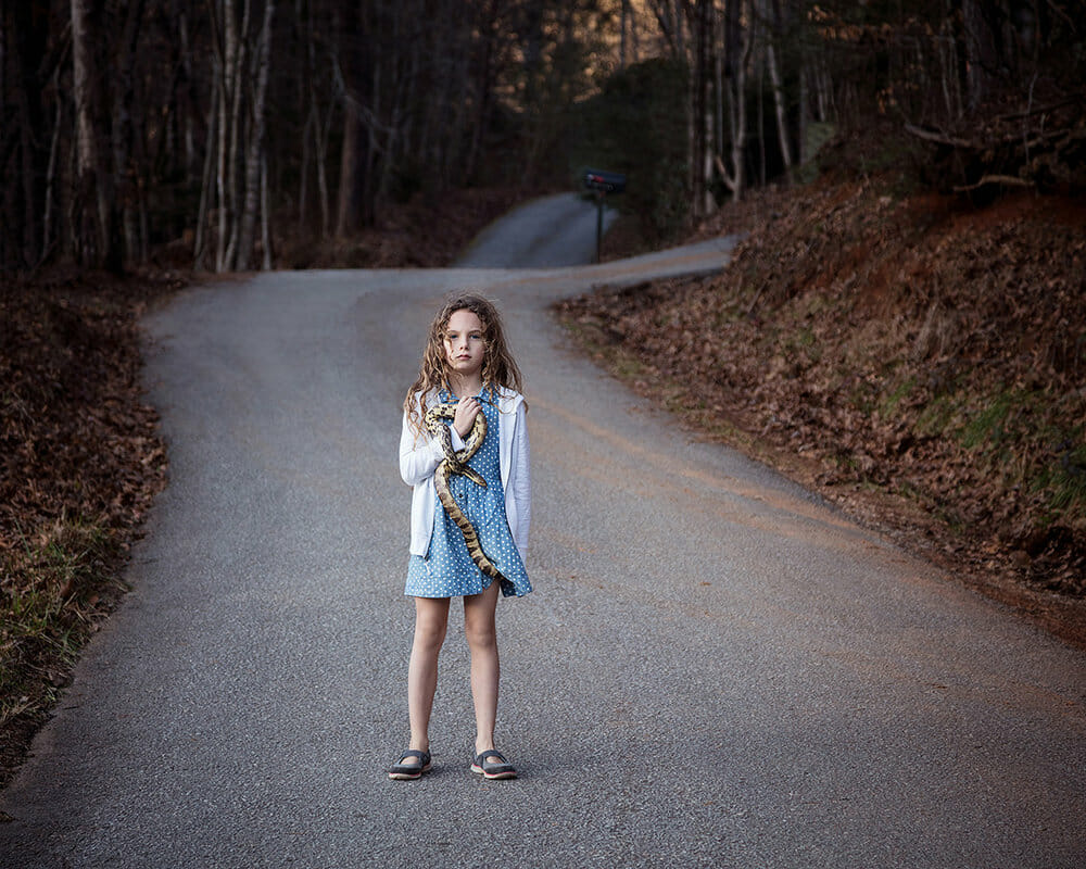 """""""Girl with Snake"""" est une photographie de Jennifer Garza Cuen pour sa série Imag(in)ing America"""