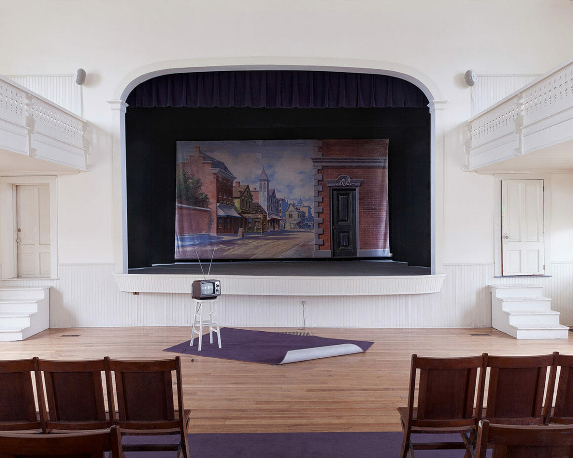 """""""Town Hall"""" est une photographie d'une salle des fêtes déserte, prise par Jennifer Garza Cuen"""