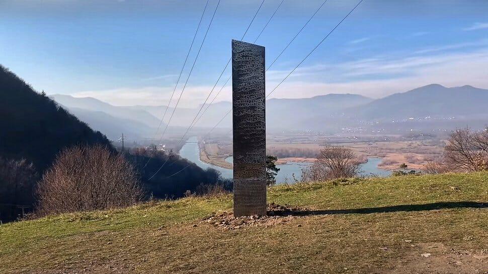 Un deuxième mystérieux monolithe de métal a été découvert en Roumanie
