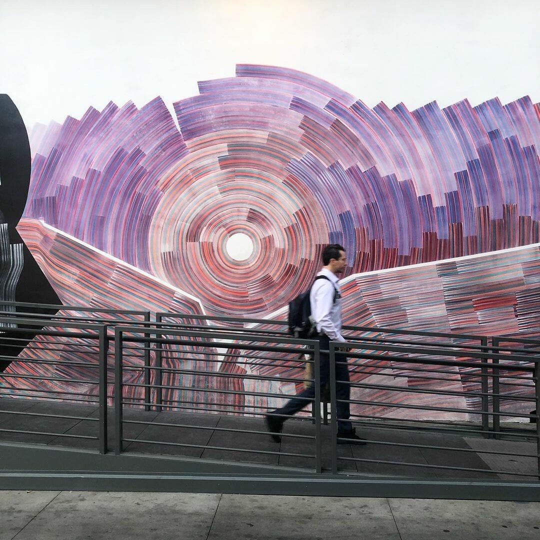 Une peinture murale de l'artiste 2501, visible dans les rues de Los Angeles