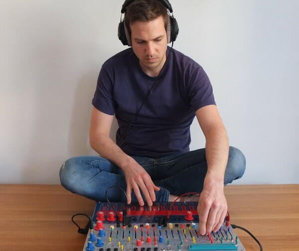 Photo d'Alexandre Bazin en train de mixer