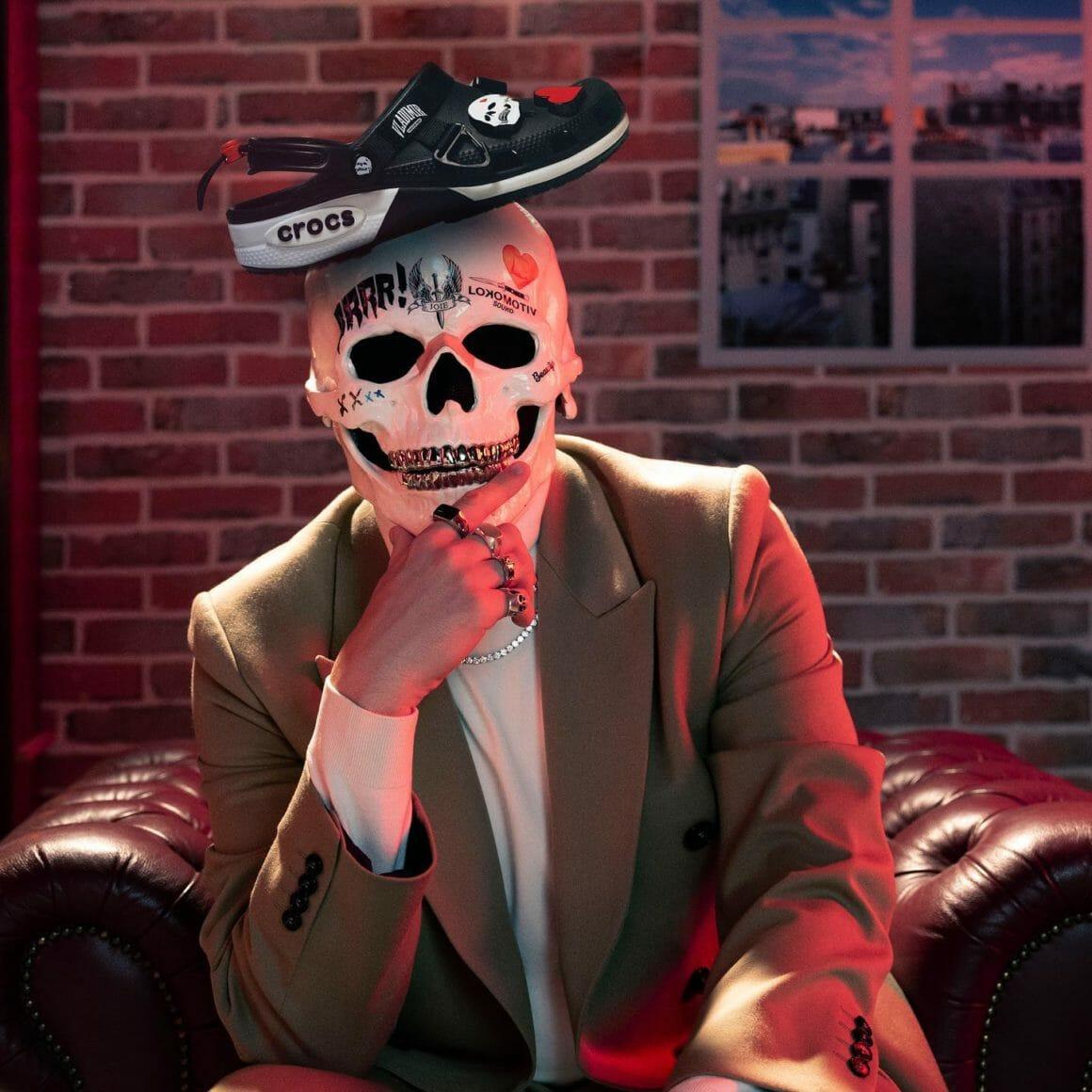 L'artiste Vladimir Cauchemar a posé sa paire de Crocs sur son masque de squelette