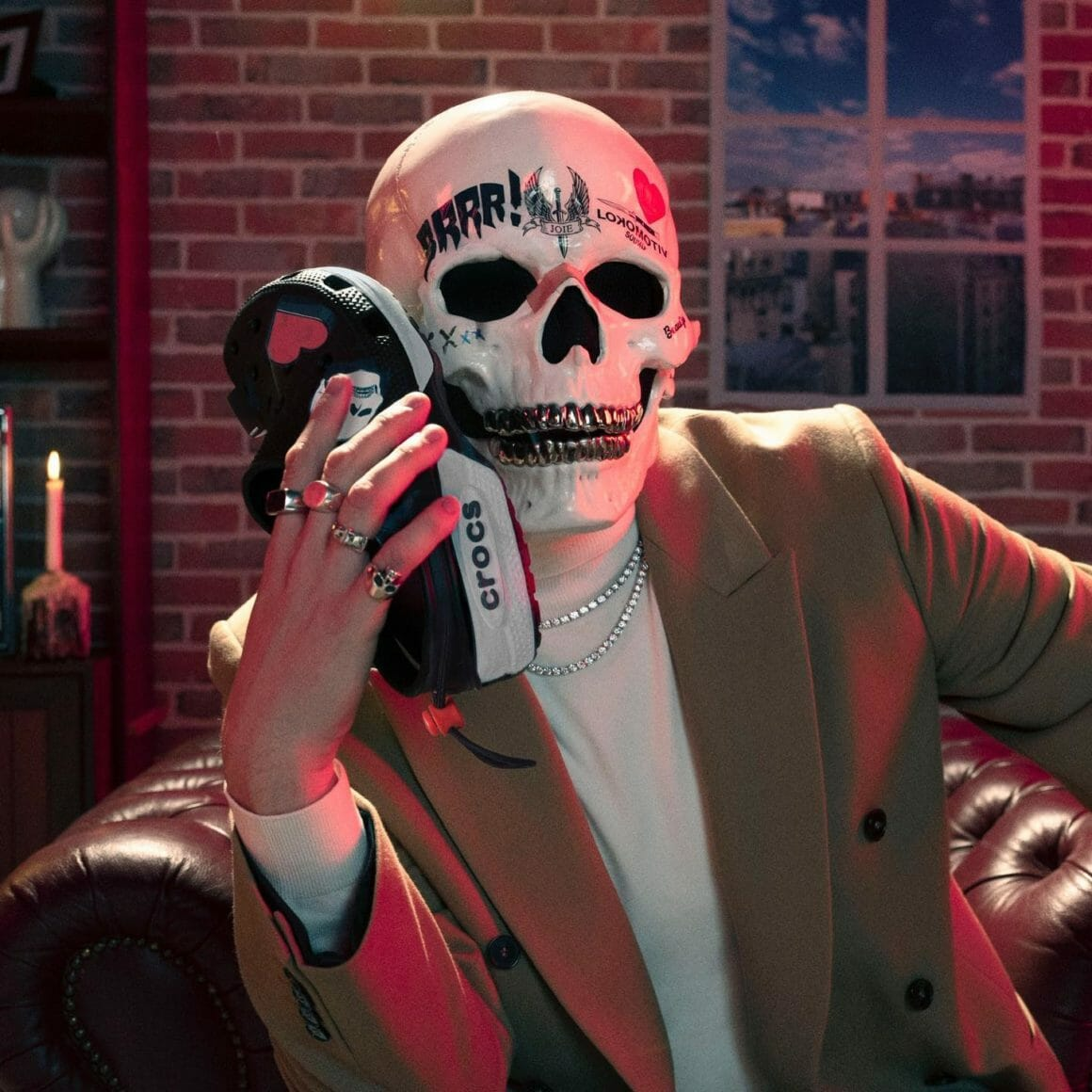 L'artiste Vladimir Cauchemar colle à la joue de son masque de squelette son modèle de Crocs