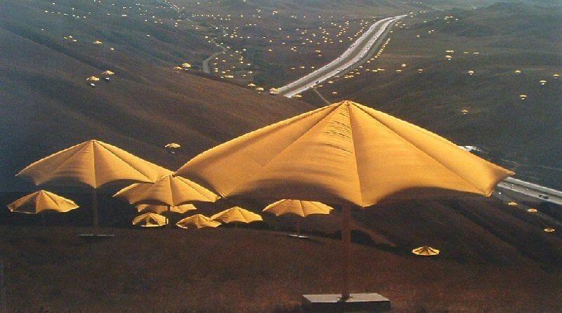 Parasols jaunes plantés dans le désert