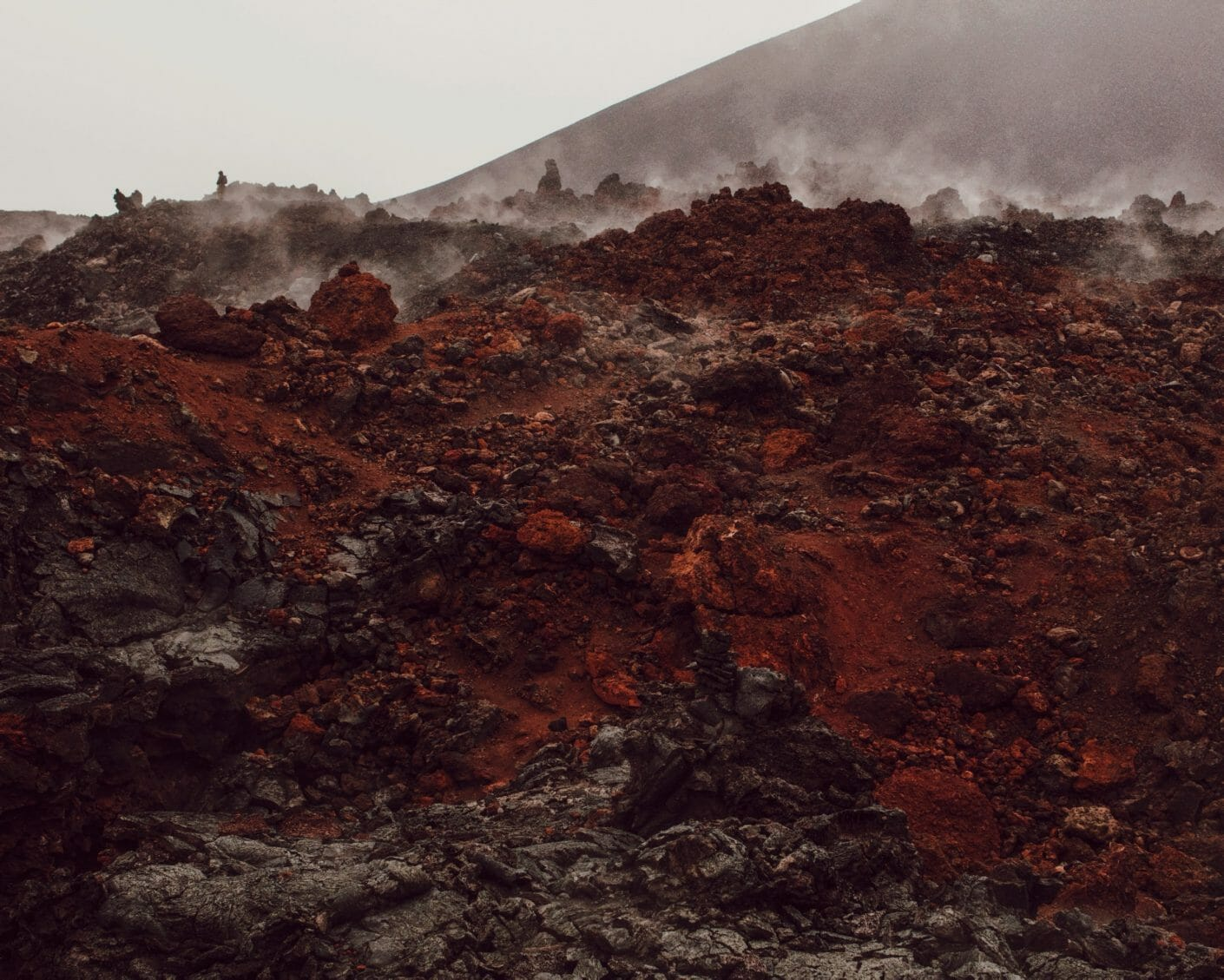 Flan d'un volcan, une sorte de brouillard s'élève