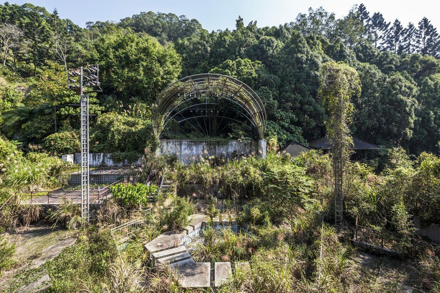 Photographie de Jonk pour Naturalia 2, décombres d'un parc d'attraction envahi  par la végétation