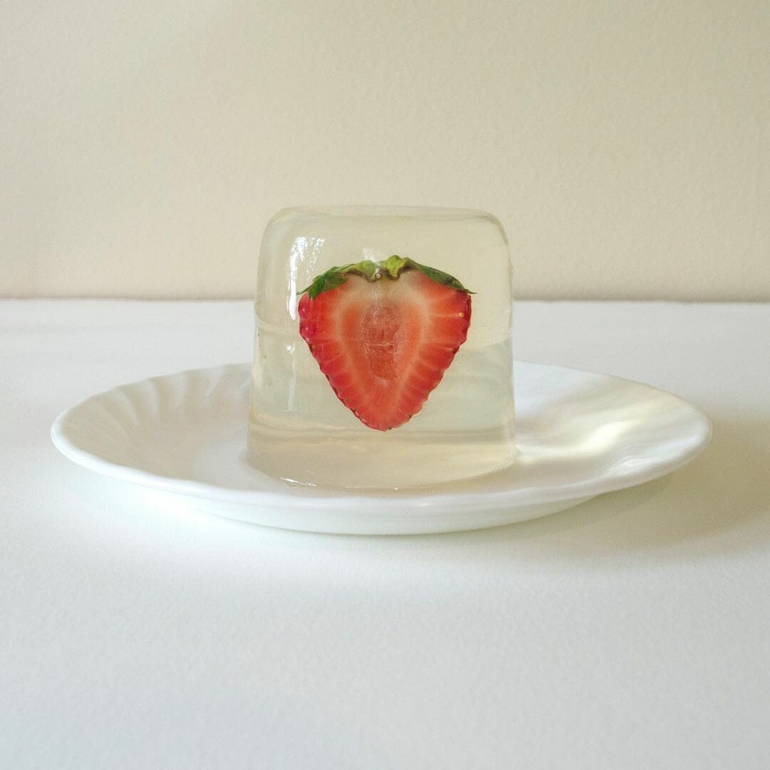 Photographie qui a servi de modèle à Katie Evans, une fraise dans de la gelée transparente