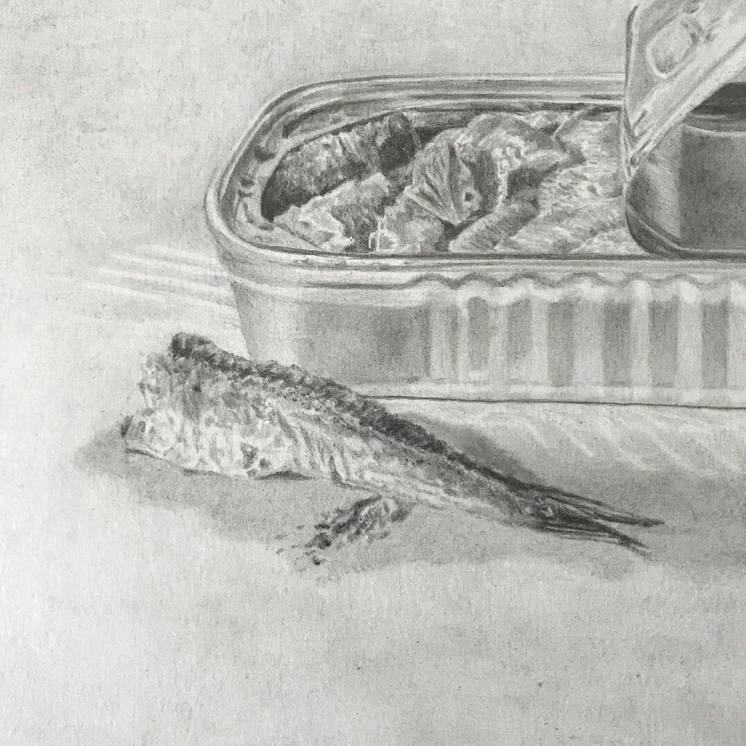 Zoom sur le dessin d'une boîte de sardine et d'une sardine à moitié mangée