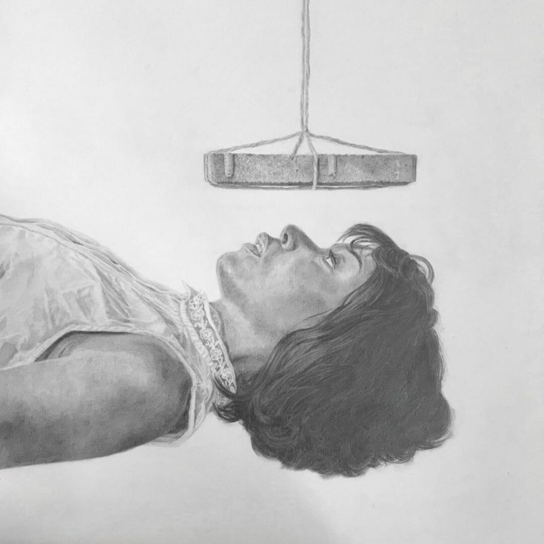 Une femme est allongée, on ne voit que le haut de son corps. Elle a les yeux fermés et au-dessus d'elle est suspendue une brique de pierre