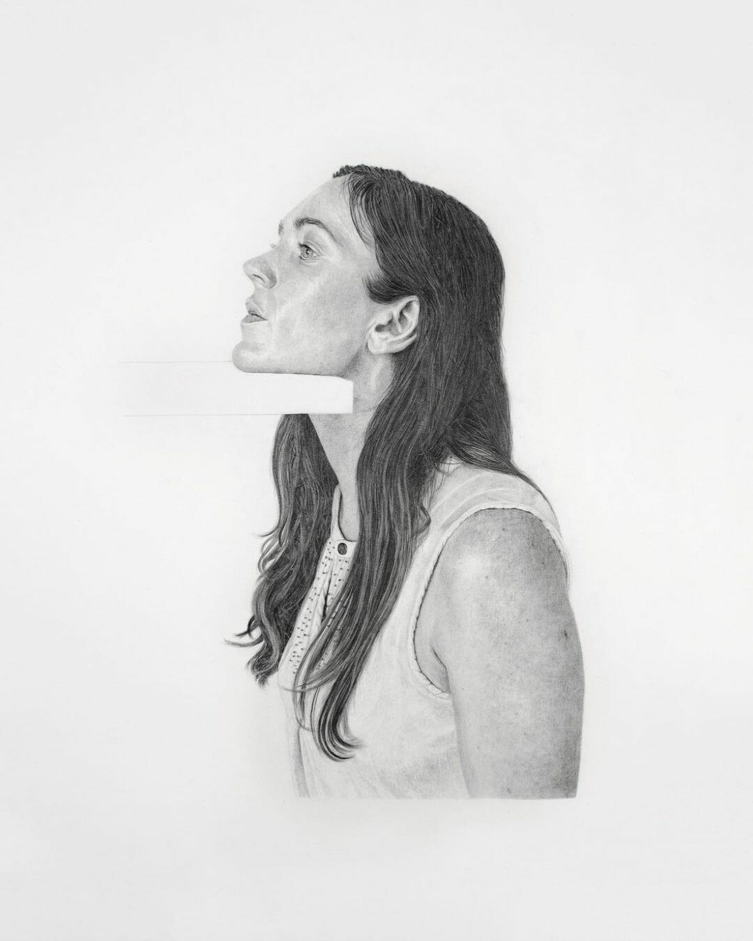 Une jeune femme est représentée le menton posé sur un objet rectangulaire blanc