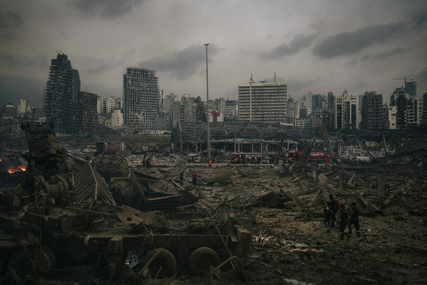 Port de Beirut après l'explosion, tout est détruit et recouvert de cendres marrons