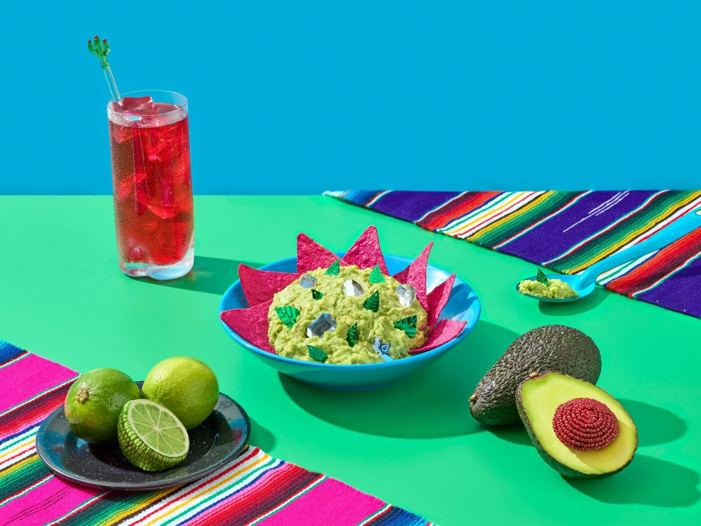Table colorée composée d'un guacamole à moitié comestible et à moitié fait d'éléments créatifs