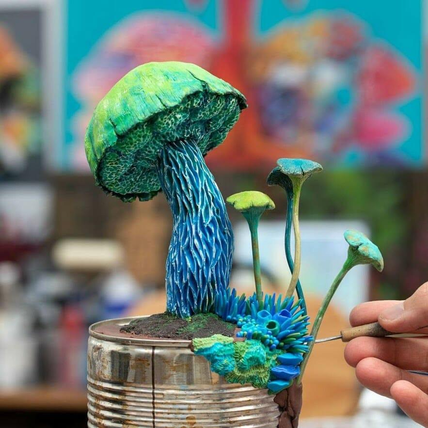 Champignons bleus sculptés sur une boît de conserve
