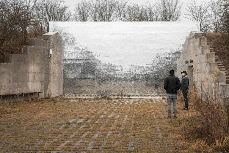 Photo d'un mur en miroir découpé comme les niches d'une ruche