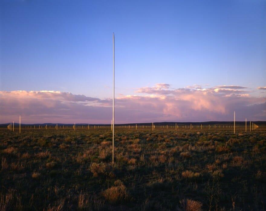 Poteaux plantés dans le désert
