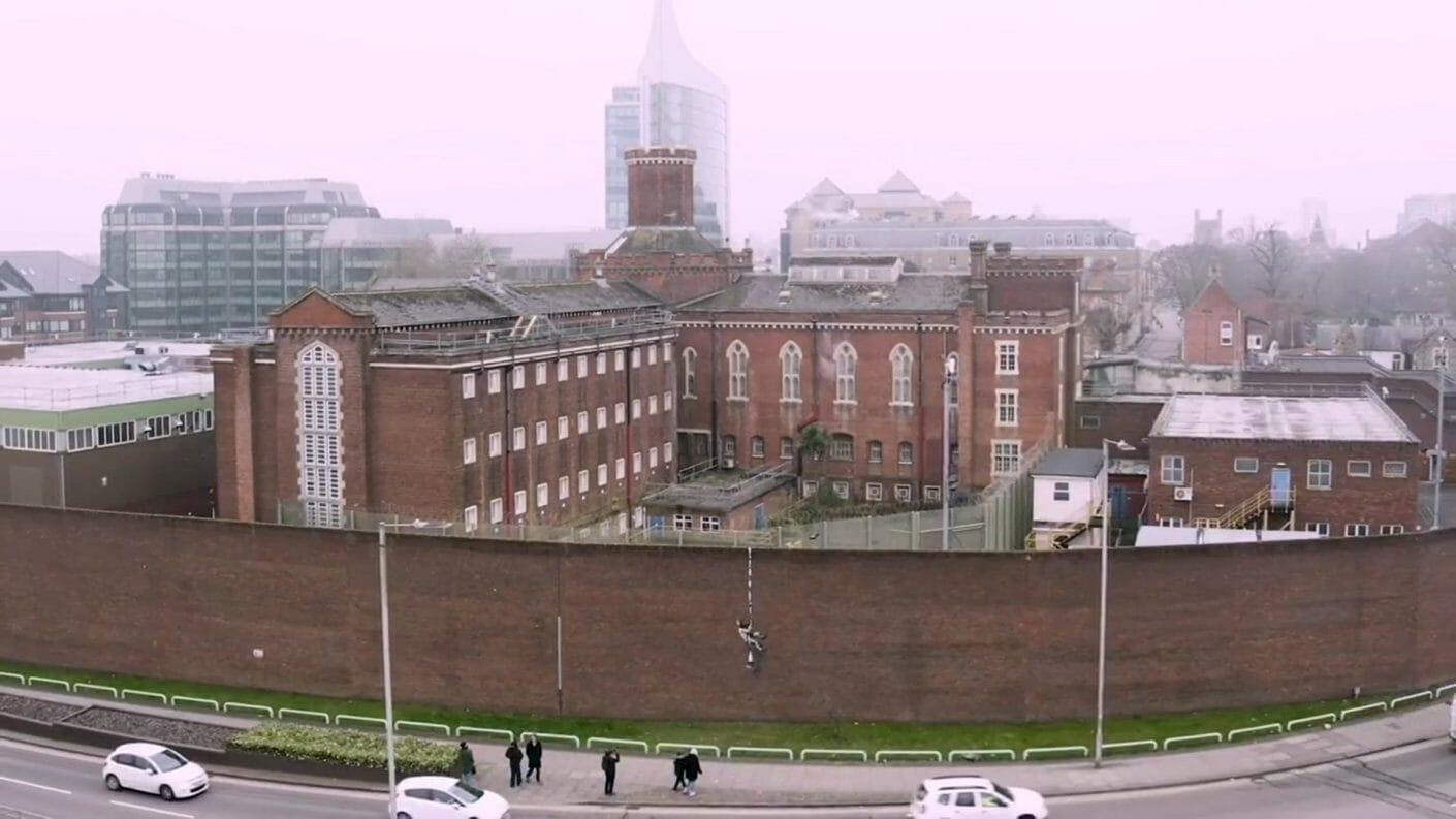 Vue sur la prison de Reading et sur le personnage de Bnaksy sur son mur extérieur