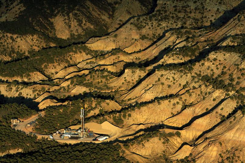 Dans les plaines sauvages du Colorado, faites de sable et de végétation, se dresse un bloc de forage.