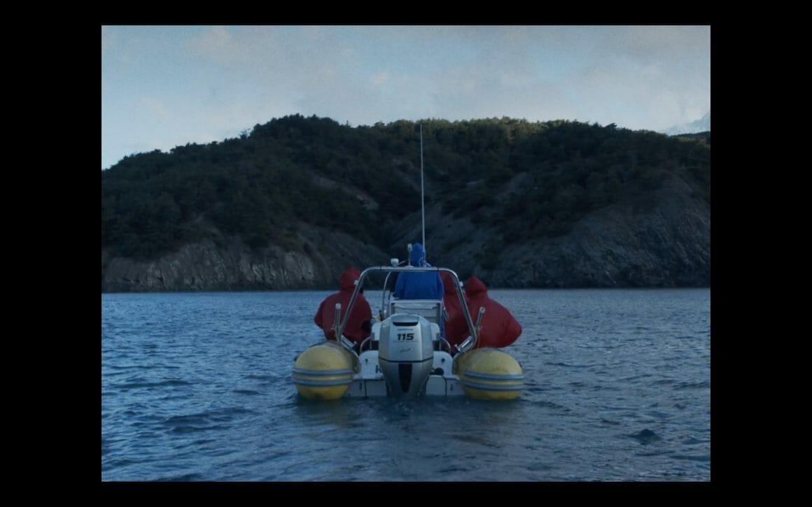 Cinq personnes sur un bateau vers une île