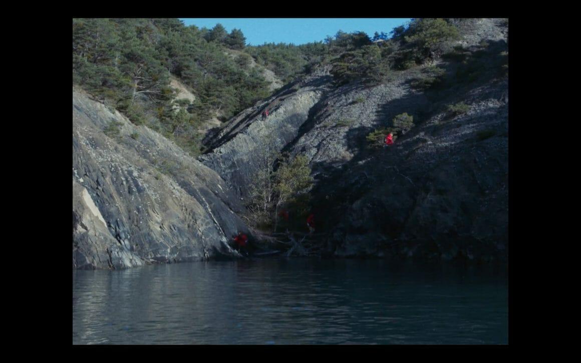 Cinq personnes montant les rochers des montagnes