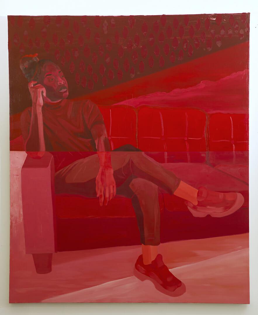 Jeune homme noir, assis pensivement sur un grand canapé. Voile de gouttes rouge sur le haut, coupure au milieu du tableau, avec un bas plus clair, avec des couleurs moins saturées.
