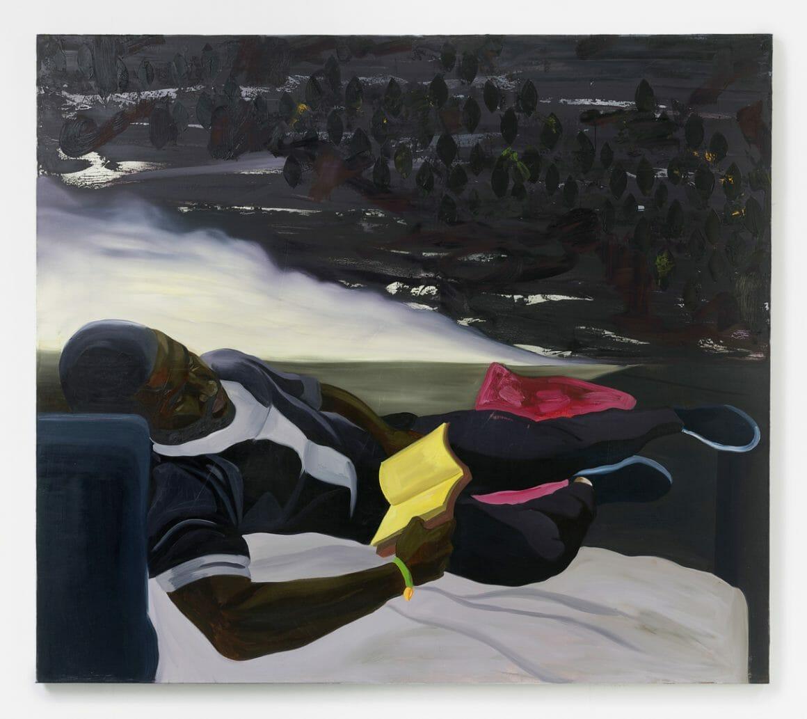 Jeune homme noir qui lit un livre allongé sur un lit, nuage de gouttes noires en haut à droite et fumée blanche entre le personnage et les gouttes. Cotraste d'une ambiance à la fois sombre et paisible.
