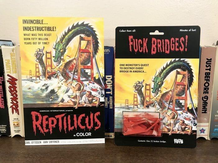 Pochette d'origine de Reptilicus, le monstre matin détruit un pont. Version Death by Toys : Fuck Bridges ( Nique les ponts, NDLR)