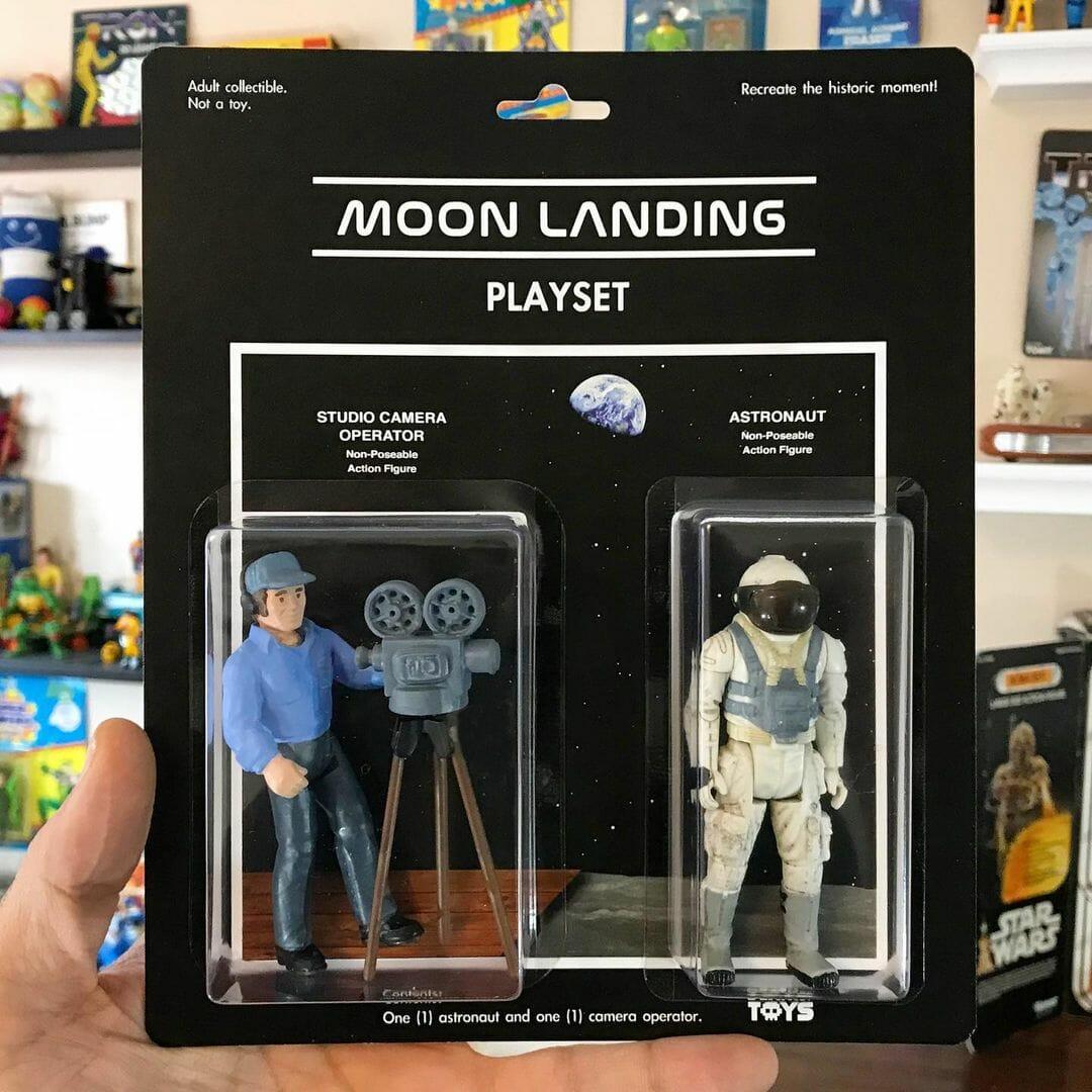 Deux figurines, un caméraman et un astronaute. Reprend la théorie du complot selon laquelle l'atterrissage sur la lune serait un hoax.