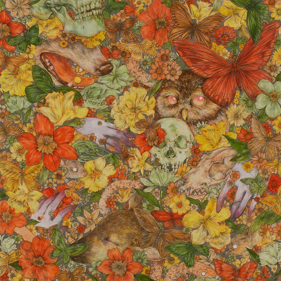 Peinture de Fumi Nakamura, fleurs oranges et jaune, des mains sortent d'entre elles ainsi  qu'un hibou, des oiseaux, des papillons, une tête de loup et une tête de cerf
