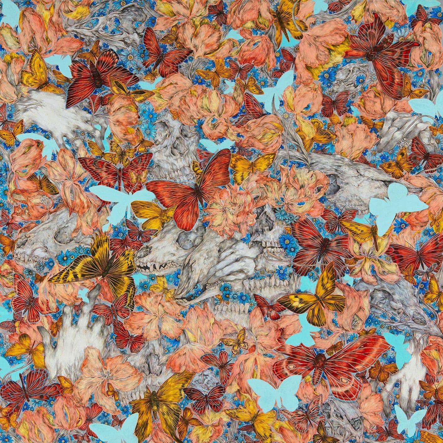 Tableau fleuri sur lequel est découpé en bleu ciel des formes de papillons. De nombreuses têtes de mort animales et végétales sont présentes