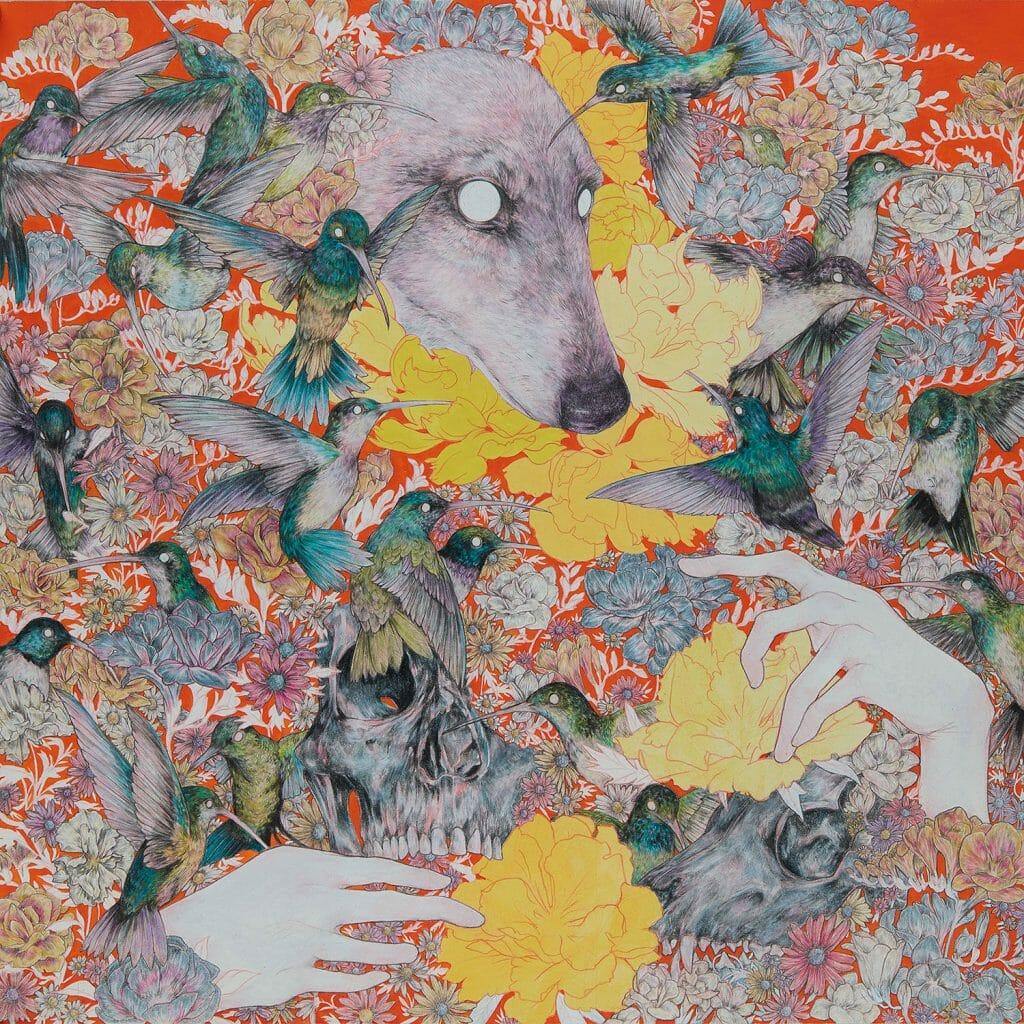 De multiples fleurs et animaux se croisent. On remarque aussi des têtes de mort partiellement ensevelies et des mains humaines