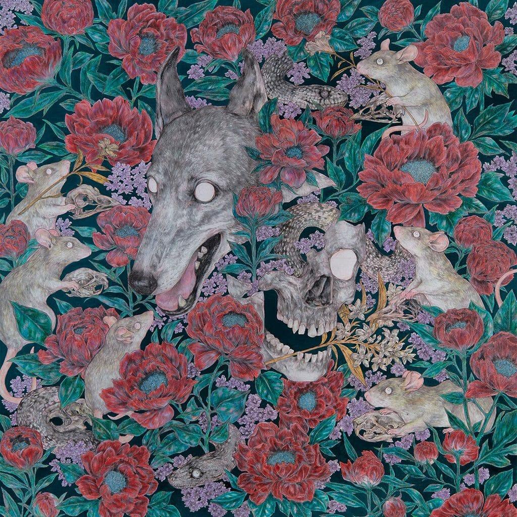 Fond noir, fleurs rouges. Des têtes de loup et des rats aux yeux globuleux sont parmi les fleurs