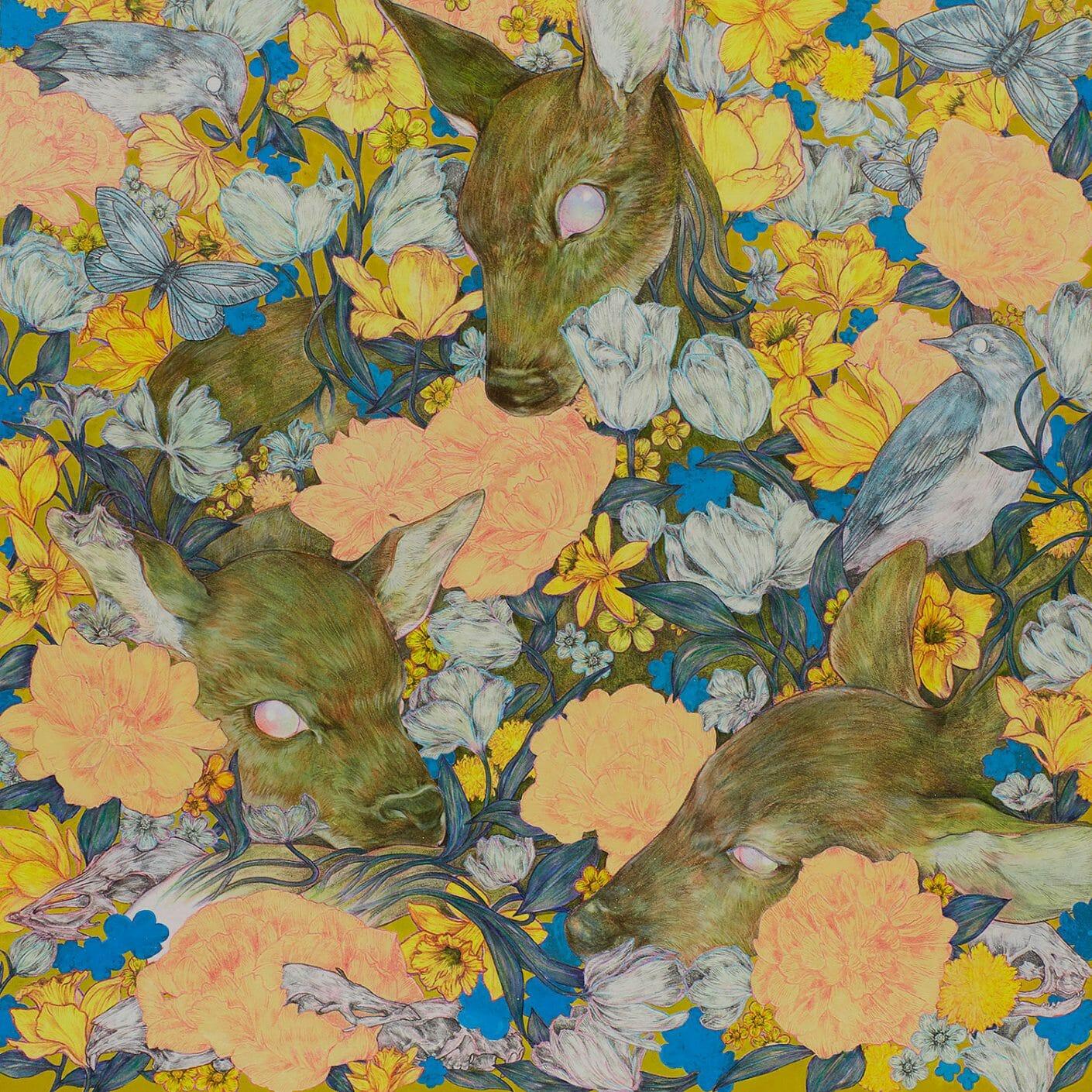 Trois têtes de cerfs, les yeux vides et globuleux, aux milieux de fleurs oranges, jaunes et bleues