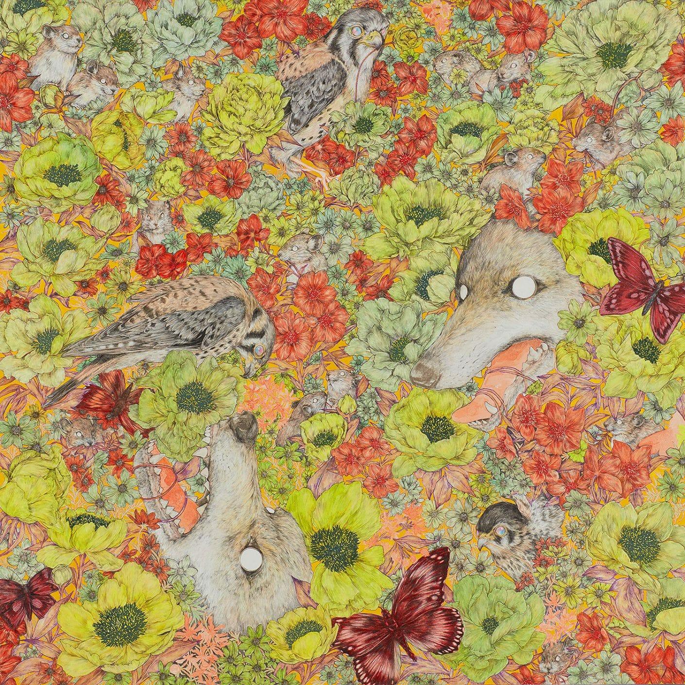 Tableau recouvert de fleurs jaunes, vertes et rouges. On devine des oiseaux, des têtes de loup et des papillons par Fumi  Nakamura