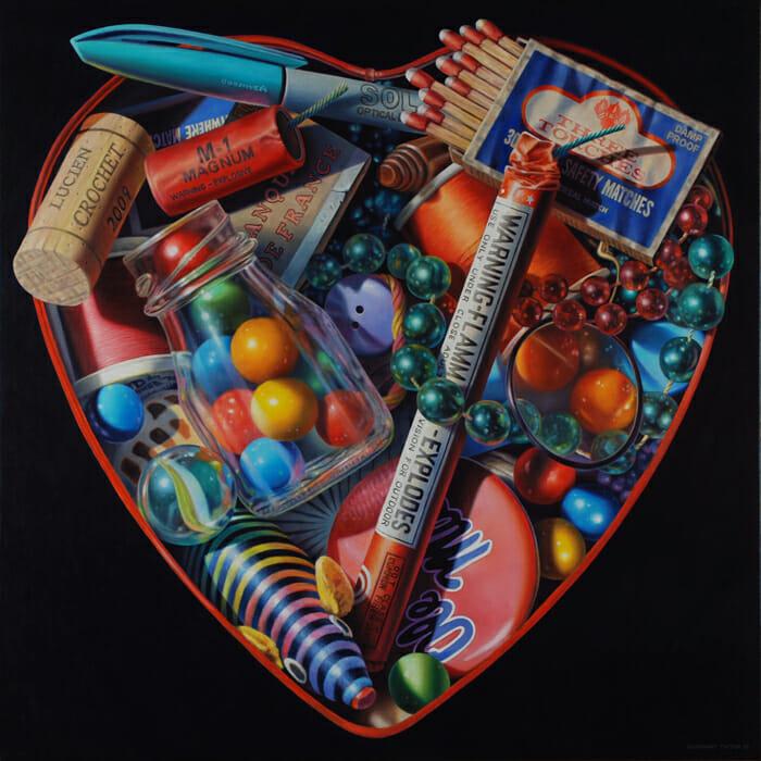 Heart shaped box (optimal magnum) - petite boite en forme de coeur, remplie de bibelots tels que des paquets de bonbons, des allumettes, des stylos, des petits pétards, des billes, une bobine de fils, des pins et des colliers de perles.