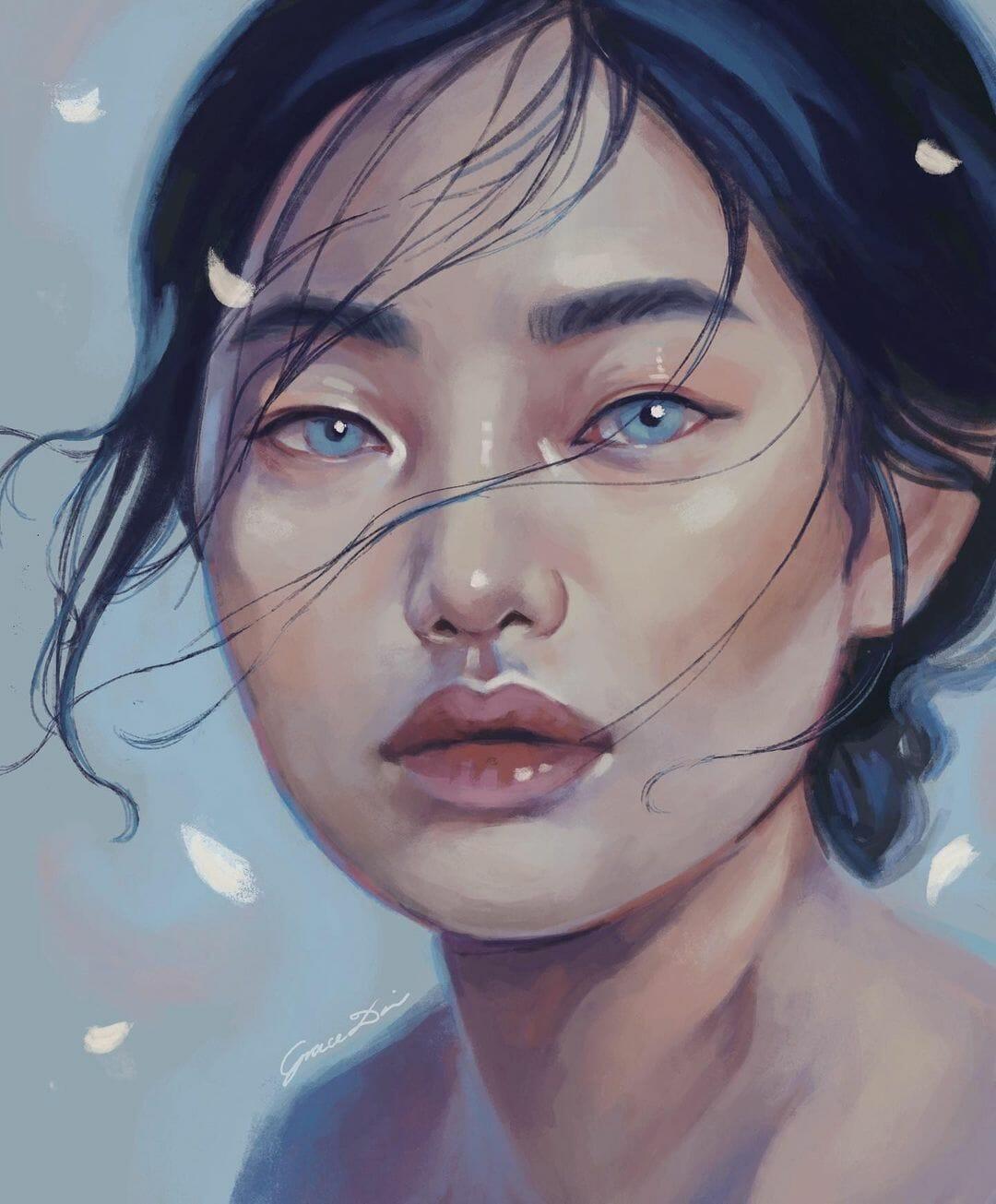 Portrait d'une femme, cheveux noirs, yeux bleus, lèvres pulpeuses. Des pétales de fleurs flottent.