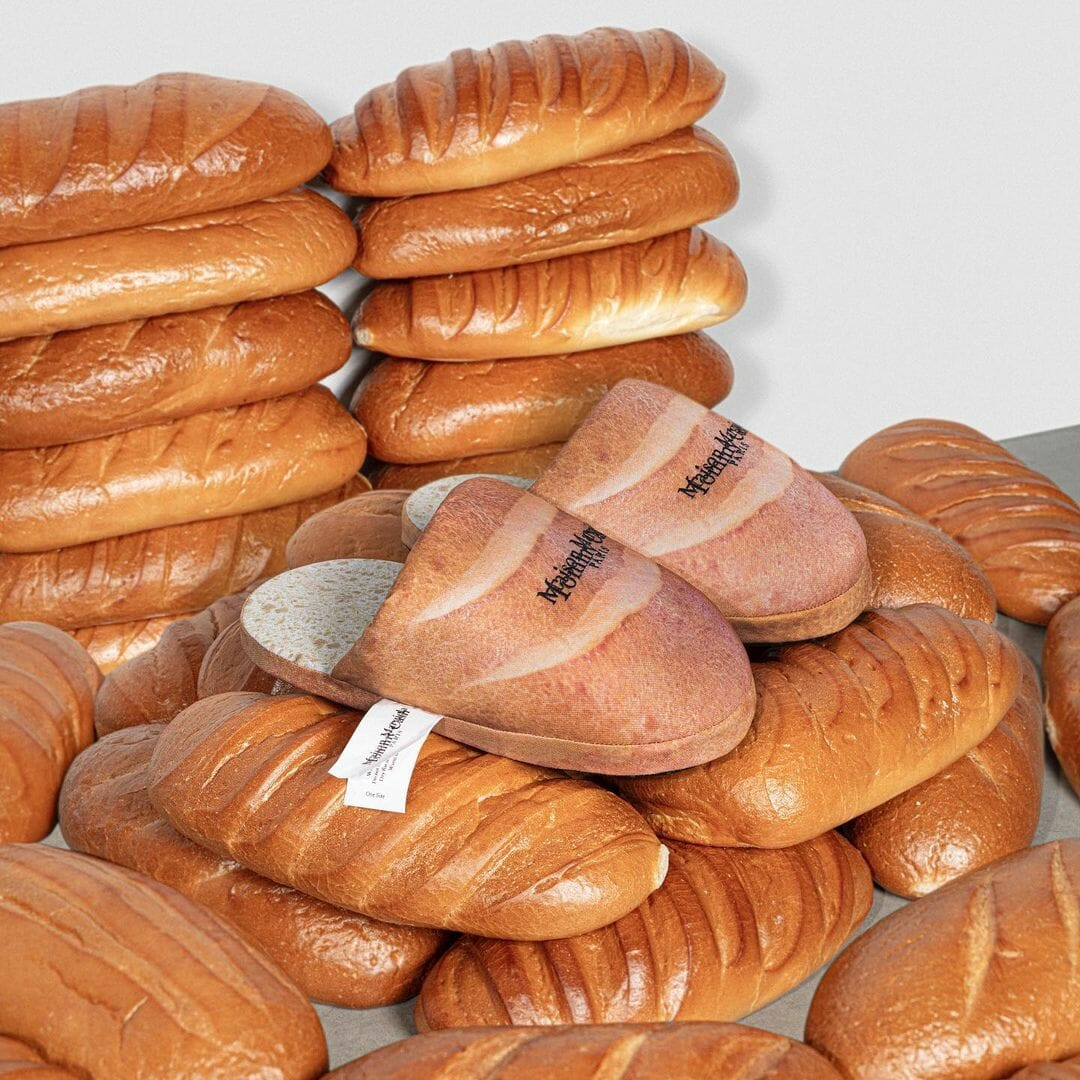 Paire de chaussons mie de pain, sur une pile de pains au lait.