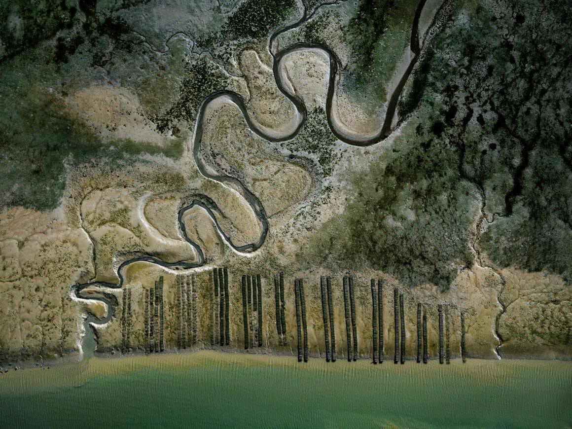Prédominance de vert. Courts d'eau sinueux qui rejoignent la mer, quelques bancs d'huitres font un contraste, très droit.