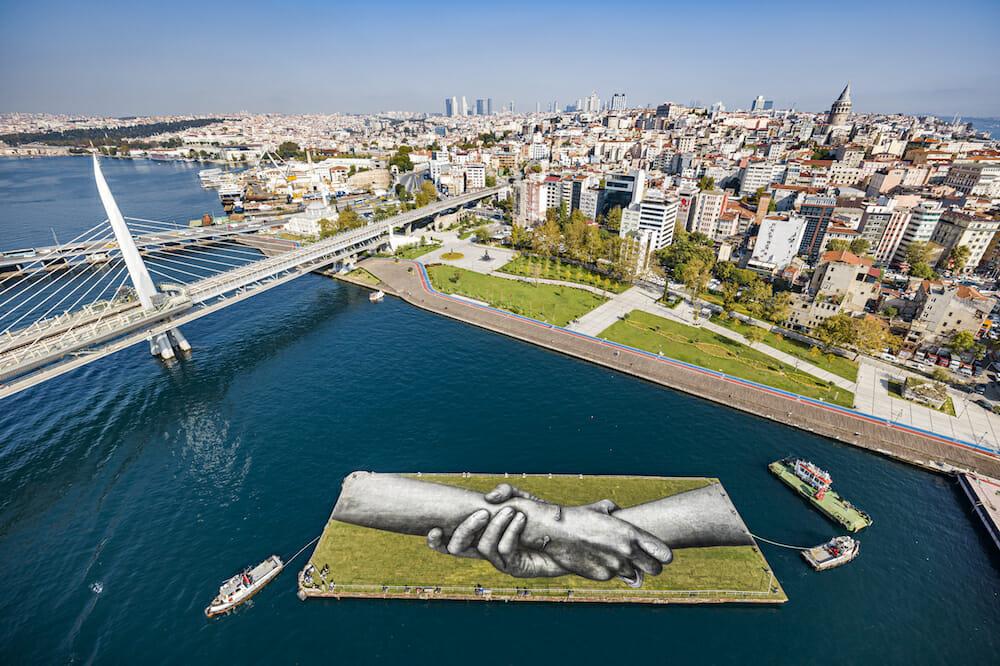 Mains peintes sur un plateau flottant sur la rive d'Istanbul