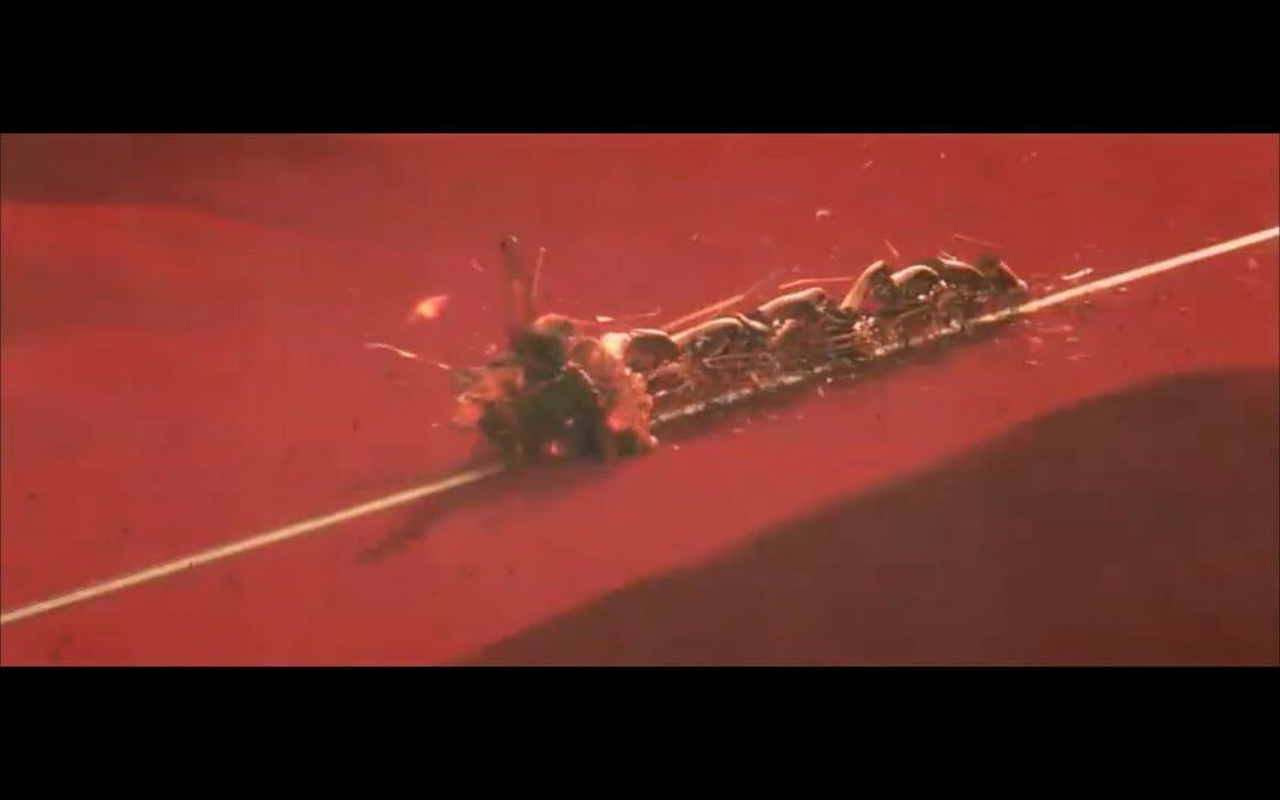 Vue de haut d'un train en train d'exploser