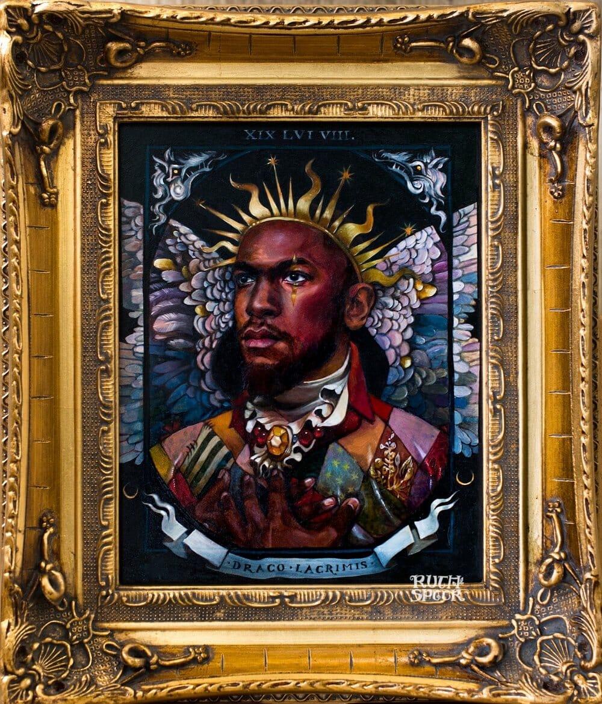 Dans un cadre doré, portrait d'un homme qui porte une couronne dorée. Derrière lui il y a des ailes bleues, roses et violettes.