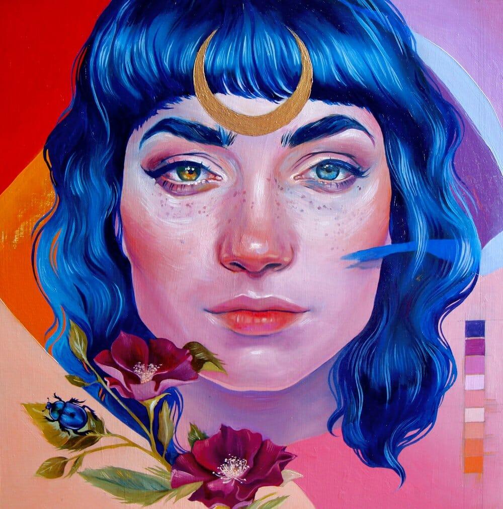 Fond coloré et géométrique. Devant, le portrait de face d'une femme, cheveux bleus, yeux vairons. Elle a un gros croissant de lune doré sur le front