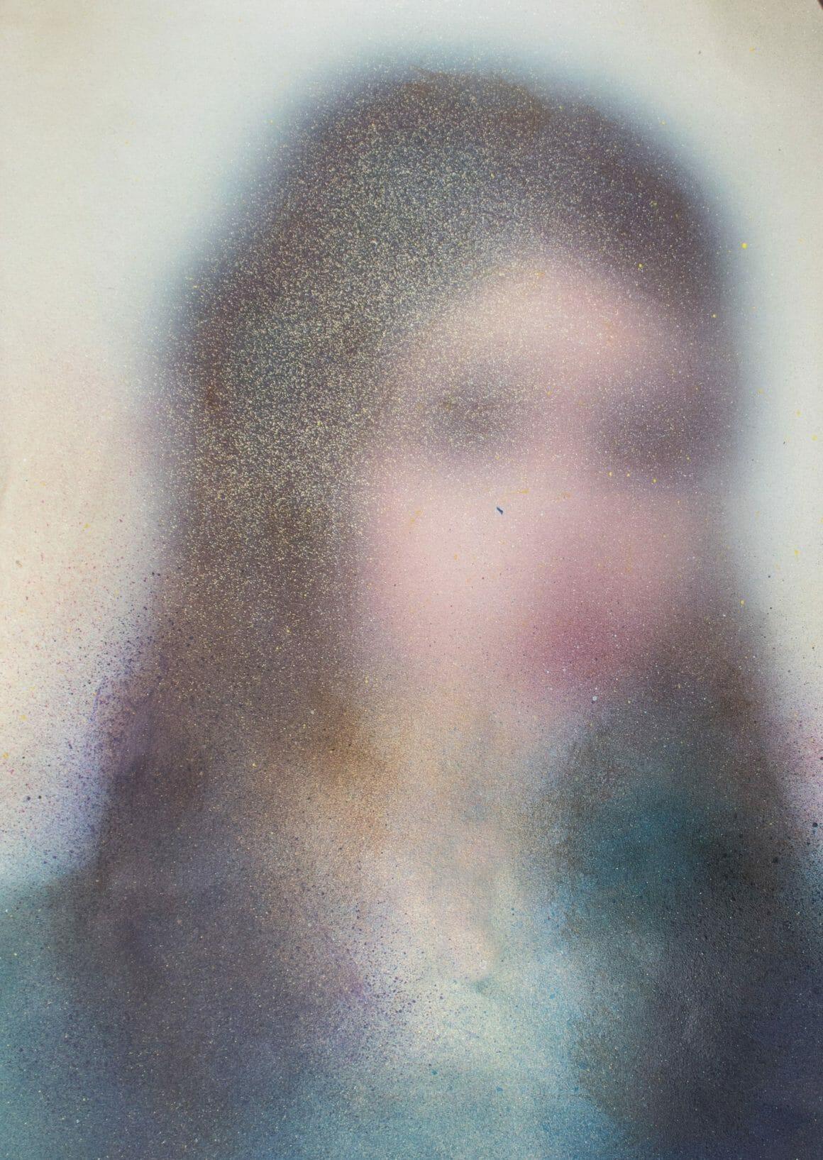 Portrait flou d'une femme brune