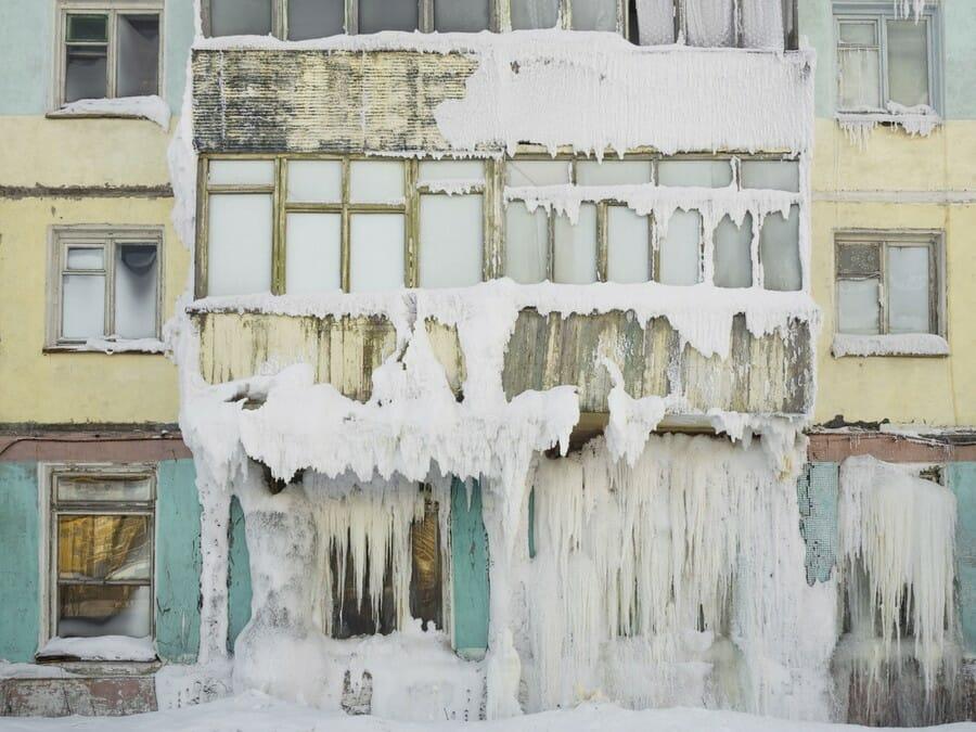 De la glace suspendue à un bâtiment abandonné et détruit de Vorkouta