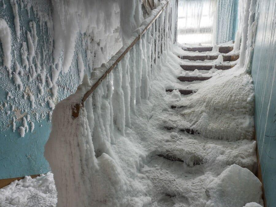 Des escaliers couverts de neige et de glace
