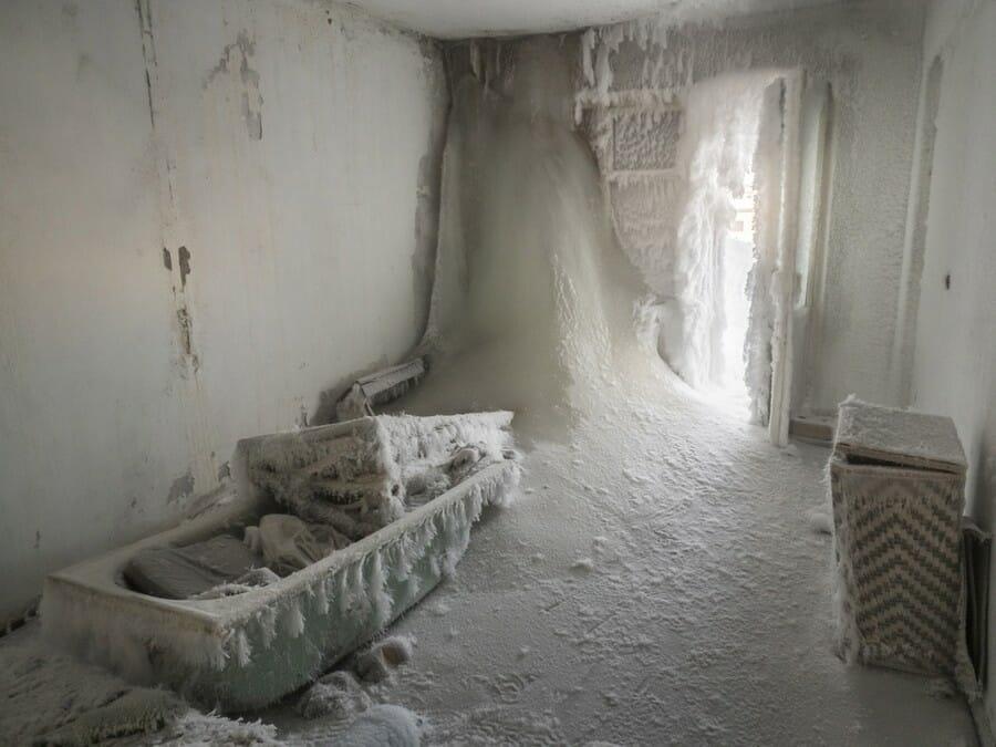 L'intérieur d'une chambre envahie par la glace