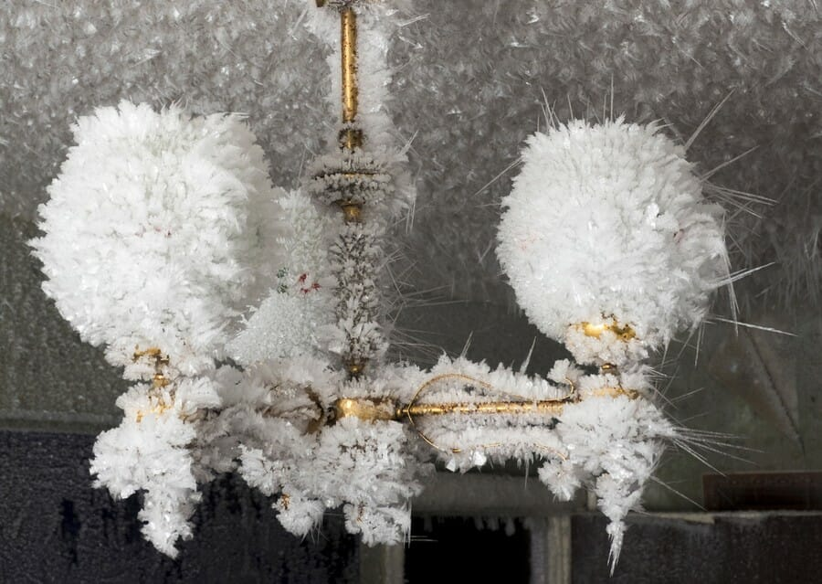 Chandelier d'or couvert de glace photographié par Maria Passer