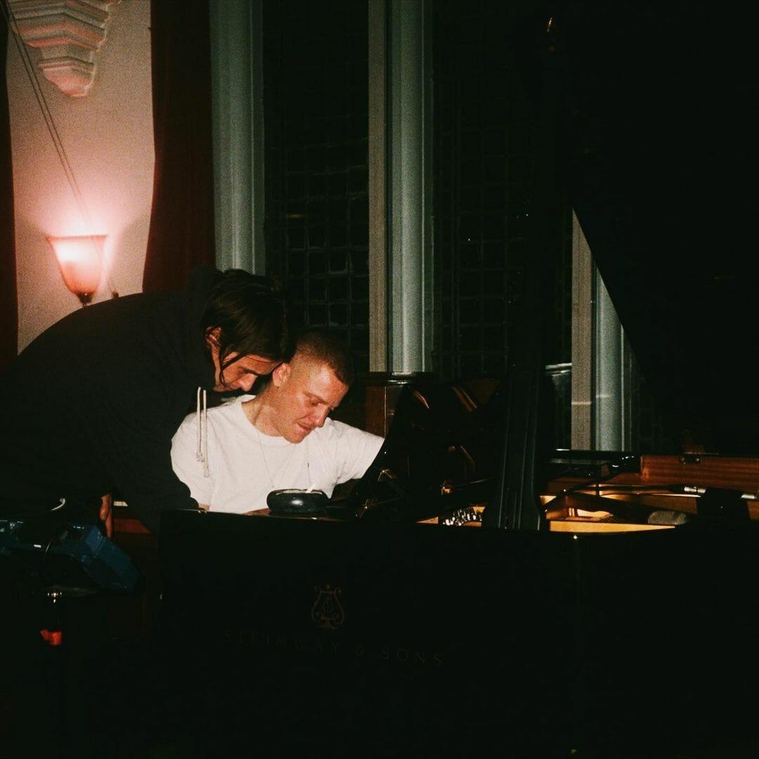 Tom et Josh composent sur un piano.
