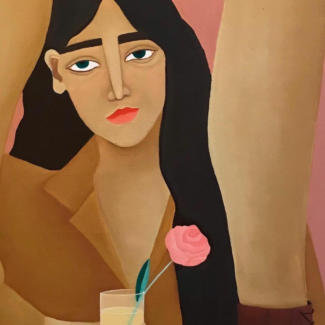 Portrait d'une femme avec une rose dans son verre de champagne. Des jambes forment une cadre, d'où le visage du personage se démarque, un demi-sourire sur les lèvres.