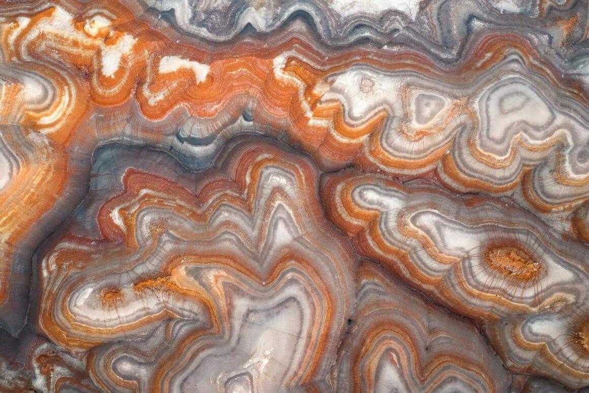 Jeux de couleurs. Pierres vu du ciel, dont l'image ressemble à une découpe de pierre précieuse. Des cernes blanches et ocres se succèdent pour un effet psychédélique.